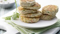 Saftige Bratlinge – damit werden Sie fleischlos glücklich: Tofu-Buletten mit Joghurt-Dip | http://eatsmarter.de/rezepte/tofu-buletten