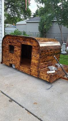 There are many mind-blowing ideas to craft DIY pallets wood dog bed. These ideas will assist you in making a dog bed as you want. Pallets wood dog bed will be Pallet Dog House, Pallet Dog Beds, House Dog, Pallet Crafts, Pallet Projects, Woodworking Projects, Cool Dog Houses, Play Houses, Recycled Pallets