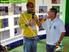 Jornalista Alex Tobias dando entrevista a uma rádio da Colômbia.