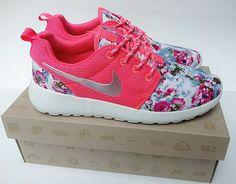 quality design 8770f 115ff Nike Femme Roshe Run Metallic Argent Rose Floral Chaussure Nike Store, Runs  Nike, Nike