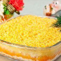 """Această salată se numește """"Mimoza"""", denumirea ei fiind inspirată de florile primăverii, împrăștiate pe zăpadă. Este o rețetă rusească, festivă, preparată îndeosebi în perioada sărbătorilor. Există mai multe versiuni, însă varianta prezentată în acest articol este cea mai reușită. Macaroni And Cheese, Good Food, Food And Drink, Cooking Recipes, Vegetables, Ethnic Recipes, Layered Salads, Cake, Crafts"""