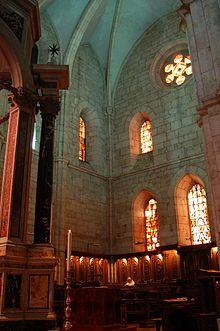 Abadía de Casamari.  es uno de los más importantes monasterios italianos de arquitectura gótica cisterciense. Fue construida en 1203 y dedicada en 1217. Se encuentra en el territorio del municipio de Veroli, provincia de Frosinone en el Lacio. La iglesia abacial tiene la consideración de basílica menor desde el 14 de junio de 1957. La planta de la abadía es similar a la de los monasterios franceses: la entrada pasa a través de una puerta con doble arco. ...