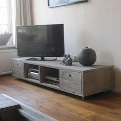 Handgemaakte (tv)- meubelen van Rustikal Meubelen. Tv meubel selent is een stoer meubel gemaakt van gebruikt steigerhout. De lades en wieltjes maken deze kast uiterst praktisch. Kijk voor meer maatwerk meubelen van steigerhout, damwandhout en douglashout op: www.rustikal.nl. Daag ons uit, wij denken graag met u mee.