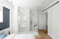 To mieszkanie znajduje się w Tel Avivie w kamienicy pochodzącej z lat 30-tych XX wieku. Wystrój apartamentu został zainspirowany Bauhausem. Mieszkająca tu para architektów o pomoc w urządzaniu wnętrza poprosiła projektantki: Lital Ophir i Ilane Bronfen.