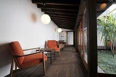 インナーテラスには、ひとり掛けのソファが並び、カフェのような雰囲気。廊下の先に101、102号室があります。(id:35941,リビング) Japanese Home Design, Japanese House, Cafe Interior, Interior Design, Indoor Balcony, Asian House, Image House, Cozy House, Home Projects
