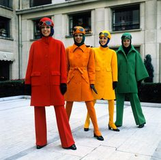 Models Wearing Bright Coats by Guy Laroche 60s And 70s Fashion, Look Fashion, Retro Fashion, Fashion Models, Vintage Fashion, Fashion Design, Fashion Trends, Green Label, 70s Mode