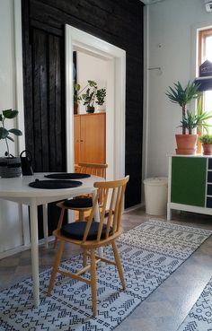 keittiö, hirsiseinä, iso viherkasvi, pinnatuoli, 50 luvun pöytä, liinavaatekaappi