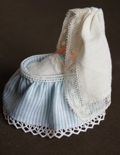 how to: baby's bassinet (several variations) (Diy Baby Bassinet) Miniature Crafts, Miniature Dolls, Diy Dollhouse, Dollhouse Miniatures, Baby Basinets, Vitrine Miniature, Mini Doll House, Diy Bebe, Clay Baby