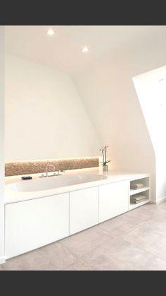 Badkamer met keramische tegel en marmerstrips  www.vl-construct.be