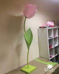 Giant tulip, made from paper Self standing flower No photo description available. Big Paper Flowers, Crepe Paper Flowers Tutorial, Paper Flower Backdrop, Giant Paper Flowers, Diy And Crafts, Paper Crafts, Creation Deco, Flower Stands, Paper Decorations