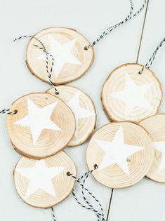 DIY Holzscheiben Sterne basteln - schöner, einfacher Christbaumschmuck.... Baumschmuck basteln, Weihnachtsbaum schmücken, DIY Baumschmuck, DIY Christbaumschmuck, Holzscheiben DIY