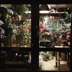 Flowers on my evening dogwalk  Min ynglings blomsterbutik @blomsterskuret #forårsfornemmelser #vesterbro #værndamsvej #urbangarden #byhave #urbangardencompany