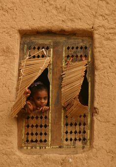 https://flic.kr/p/zuWeB | yemen | Yemeni girl looking outside (Wadi Hadramawt).