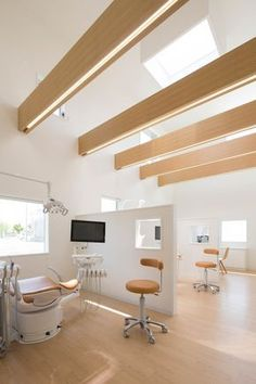 Image 7 of 23 from gallery of Yokoi Dental Clinic / iks design + msd-office. Photograph by Keisuke Nakagami Clinic Interior Design, Design Salon, Clinic Design, Healthcare Design, Flur Design, Plafond Design, Design Design, Design Ideas, Implants Dentaires