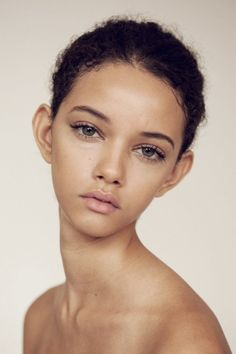 Love this fresh faced makeup look! Clear skin, groomed brows, slight cat-eye, and curled lashes.