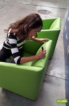 La cantante María Parrado firmando una de nuestras butacas. #sofás #butaca #mariaparrado #música