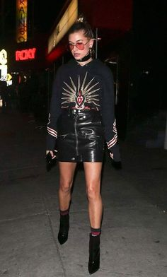 Hailey Baldwin usa saia de couro + moletom