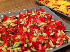 Healthy, tasty snacks. Tee näin: Purkki maustamatonta tuorejuustoa.Sekoita tuorejuustoon 3/4 pussia jauhelihalle tarkoitettua taco-maustetta. Levitä seos laakealle astialle (ja lisää nokareita valkosipulituorejuustoa). Lisää päälle iso purkki salsaa, tulisuusaste oman maun mukaan. Pilko noin 250 grammaa pikkutomaatteja, puolikas kurkku ja 1-2 paprikaa mahdollisimman pieniksi paloiksi. Levitä tasaisesti salsakerroksen päälle. Kaavi suuhun maissilastuilla:)