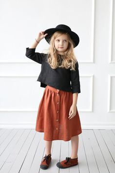 3 4 sleeve linen top made from a soft and washed linen loose relaxed fit cropped hem three quarter sleeves offonclothing bracelet ring earring pretty cute gold accesories Little Girl Fashion, Fashion Kids, Latest Fashion, Blouse En Lin, Moda Kids, Inspiration Mode, Linen Skirt, Stylish Kids, Kid Styles