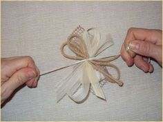 Bomboniera con nastri e spago Curtain Tie Backs, Sweetest Day, How To Make Ribbon, Flower Decorations, Fabric Flowers, Confetti, Embellishments, Burlap, Packaging