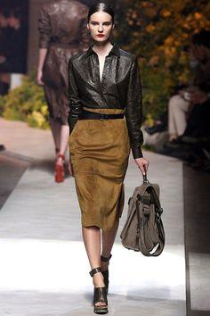LOEWE - Paris Fashion Week Primavera-Verano 2013 ¡Práctico y hermoso!  Esa falda, esa blusa! Sería fantástico hacerlo!  #ConcursoSingerChile.