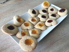 Brosse #koekjes van #zanddeeg, gevuld met #aardbeienjam en #abrikozenjam: #jamkoekjes. #zandkoekjes