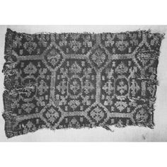 Weft-faced compound tabby. Warp proportion: 2 main, 1 binding. Weft of 2 colours, 1 pick of each in turn. Wool \ spun. All the pieces were found in Egypt, the largest at Akhmim, the 2 smallest at Antinoe and the others at unrecorded sites.