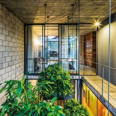 casa mipibu | projeto: terra e tuma arquitetos associados | fundamentais para o conforto ambiental da residência, os pátios e as aberturas também favorecem a iluminação e a ventilação naturais