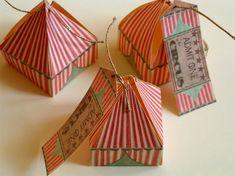 Progettato questa piccola scatola regalo a guardare come un tendone da circo in miniatura, con un regalo che assomiglia ad un biglietto del