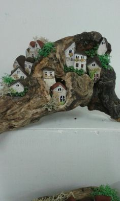 Driftwood, painted stones, and a bit of moss or lichen Rock Crafts, Diy And Crafts, Arts And Crafts, Driftwood Projects, Driftwood Art, Art Pierre, Garden Crafts, Garden Ideas, Easy Paintings
