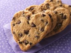 Heart shaped chocolate chip cookies This looks so neat and yummy. This would be great to do for Valentines Day!!