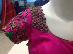 Wedding Saree Blouse Designs, Best Blouse Designs, Simple Blouse Designs, Silk Saree Blouse Designs, Magam Work Blouses, Gold Silk Saree, Peacock Embroidery Designs, Maggam Work Designs, Designer Blouse Patterns
