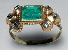 RING Gold enamel, emerald and diamonds Ring size: 50 Europe - Gaps seventeenth century enamels Kitten is adorned with an emerald cut in table which is adorned on each side with three diamonds set in serrated bezels. The reverse is decorated with fine grooves enamelled in black and white how to petals