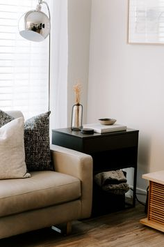 Get the decor you've always dreamed of! Follow our 7 easy styling tips for living rooms. Room Furniture Design, Furniture Decor, Couch Furniture, Furniture Storage, Best Home Interior Design, Diy Interior, Room Interior, Interior Decorating, White Couches