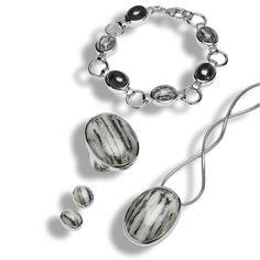 Aus den tiefen des Gotthardtunnels stammen die Gesteine und wurden in 925 Sterling Silber gefastt - Ein schönes Geschenk für ihre Liebste! Bracelets, Jewelry, Swiss Alps, Stud Earring, Crystals, Stripes, Jewlery, Jewerly, Schmuck