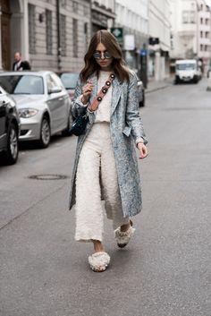 OffwhiteSwan-Fashionblog-Muenchen-modeblog-Swantje-Soemmer-streetstyle-hm-trend-jacquard-mantel-zara-zweiteiler-culotte-pompon-zara-mules-blumen-taschengurt-bagstrap-5.jpg (900×1348)