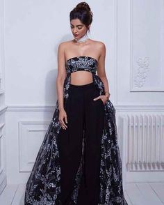 Sonam Kapoor Shows off Cleavage during Photoshoot Western Girl Outfits, Strapless Dress Formal, Formal Dresses, Indian Outfits, Indian Clothes, Visit Website, Transparent Dress, Sonam Kapoor, International Fashion