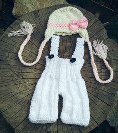 Conjunto confeccionado em tricô e crochê em.fio antialérgico  Cor branco/ bege e rosa  Tamanhos RN/1 a 3/ 3 a 6 meses  Detalhes pedrinhas de strass