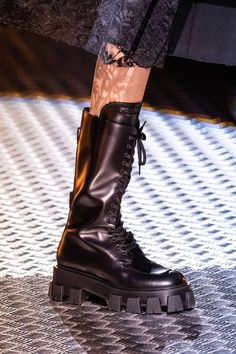 Prada Otoño 2019 colección Ready-to-Wear - Vogue Leather Ankle Boots, Suede Boots, Riding Boots, Combat Boots, Square Toe Boots, Prada Shoes, Winter Shoes, Mannequins, Knee High Boots