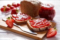 Jordbærsyltetøj af Camilla Plum. Lav din egen syltetøj og server den på nylavede pandekager med is til børnene i weekenden, eller på hjemmelavet morgenbrød.