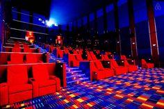 Toma de los asientos y una sala del cine Ultra en Newport