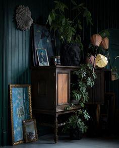 Décor do dia: plantas e móveis vintage se unem em ambiente dark (Foto: reprodução)