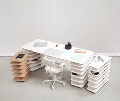 Mathieu Lehanneur has created the Strates furniture system for Objekten. The modular system combines work table and shelf in a smart design Mesa Home Office, Office Table, Home Office Desks, Office Furniture, Modern Furniture, Furniture Design, Bureau Design, Design Desk, Strate Design