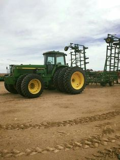 John Deere 4960 with front duals Jd Tractors, John Deere Tractors, Old Farm Equipment, Heavy Equipment, Tractor Cabs, Crop Farming, Country Farm, Lawn And Garden, Farm Life