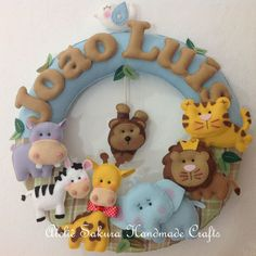 Guirlanda porta de maternidade Safari João Luis Crafty Projects, Sewing Projects, Projects To Try, Frame Crafts, Craft Frames, Felt Banner, Felt Wreath, Felt Baby, Felt Fabric