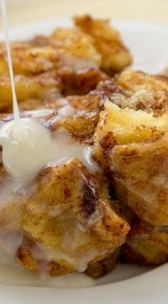 This Slow Cooker Cinnamon Roll Monkey Bread is monkey bread that's made with cinnamon rolls in a crockpot! Crock Pot Desserts, Slow Cooker Desserts, Slow Cooker Recipes, Gourmet Recipes, Crockpot Recipes, Dessert Recipes, Cooking Recipes, Vegan Recipes, Easy Recipes