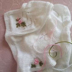 This Pin was discovered by hac Baby Embroidery, Eminem, Knit Patterns, Baby Knitting, Diy And Crafts, Knit Crochet, Winter Hats, Photo And Video, Asd