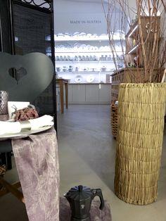 """Boden """"Béton Brut"""" in der Farbe No. 5 Tortara. Zu sehen bei Gmundner Keramik c/o Albin Denk in der Bräunerstraße 3, 1010 Wien. Material www.betoncire.at"""