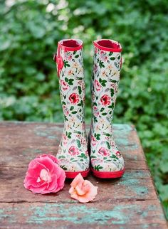 Whether they're wellies, cowboy, vintage, slouch or ankle, boots are a fashionable option for any bride or groom! We love brides in boots! Cute Rain Boots, Rubber Rain Boots, Cute Fashion, Look Fashion, Floral Fashion, Crazy Shoes, Me Too Shoes, Style Anglais, Floral Boots