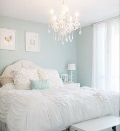 """""""Anyone else want to dive in to @krystelstacey's, of @coutureevents, cool, calm, and cozy bed right now? Her home #onIBTtoday is a dream! (Link in Profile,…"""""""